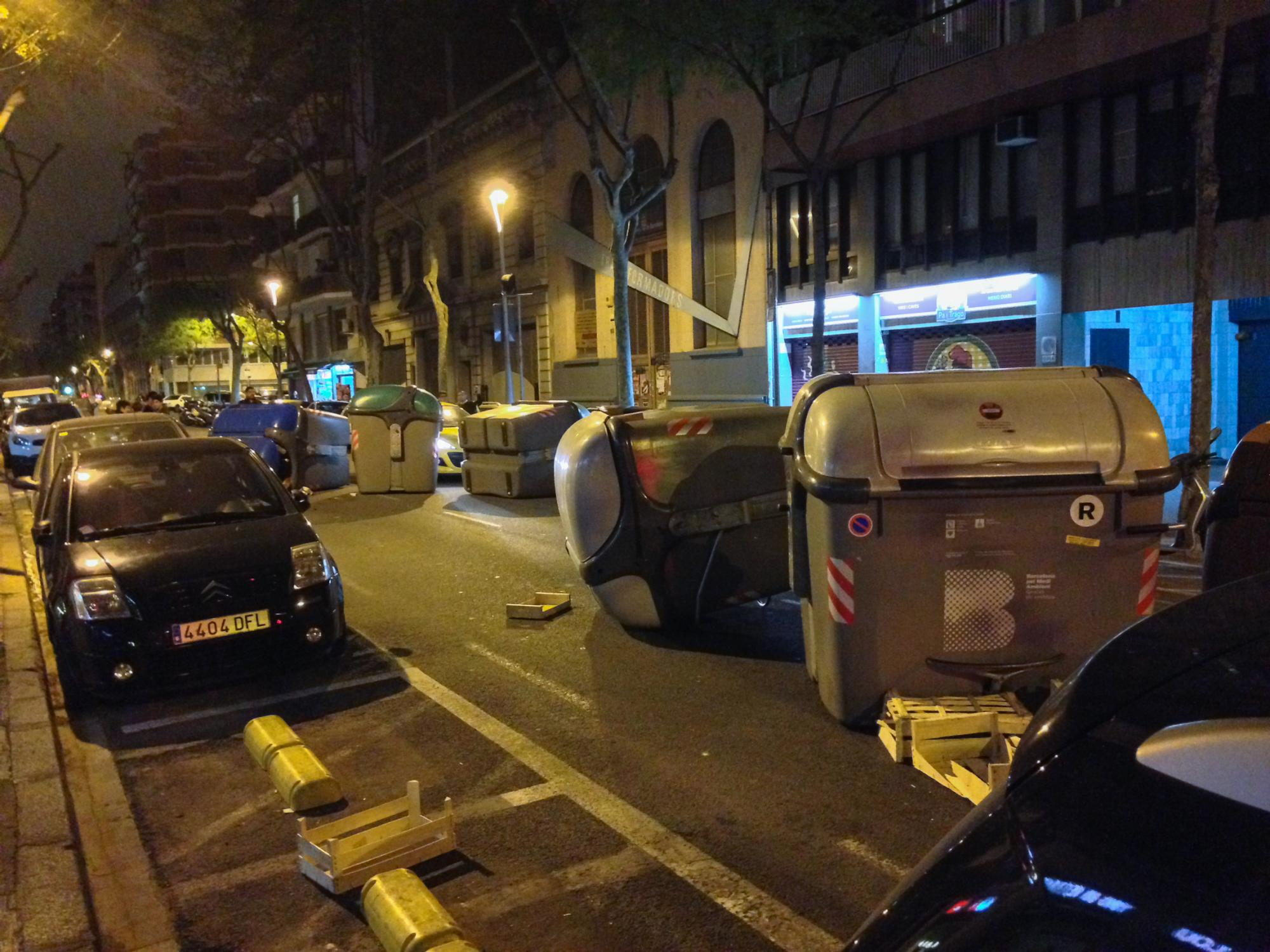 Overturned garbage cans as a consequence of the demonstration in Barcelona